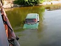川に落ち沈みゆく車内に取り残された人たち。最後の女性が・・・。(@_@;)