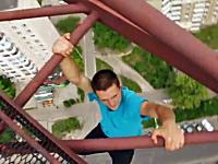 高所で無茶したいお年頃なウクライナの少年。地上150mで命綱無し(@_@;)