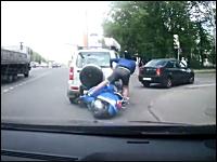 右折車に突っ込んでぶっ飛んだスクーターの兄ちゃんが当て逃げ。頑丈人間