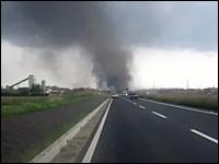 日本での出来事とは思えない。茨城県つくば市を襲った竜巻の映像。