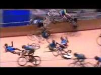 オーストラリアの競輪で13選手が転倒する大クラッシュ