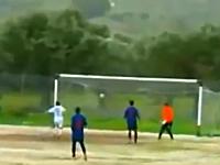サッカー動画。ゴールポスト&クロスバーに4回あたっても入らないボールw