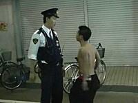 練馬区伝説の不良が警察官に喧嘩を売りまくる動画。はぜ裸なんだwww