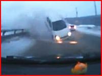 これはぎゃあ!中央分離帯を乗り越えた対向車が突っ込んでくる恐怖のドラレコ映像