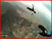 緊迫する機内、墜落する飛行機から決死のダイブ しかしパイロットは・・・。