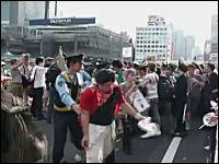 新宿の反原発デモで何故か警官隊と揉めるデモ隊。そして逮捕されちゃう。