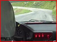 恐ろし。事故って20秒間も転がり落ち続けるマシンの車載動画。止まらない!