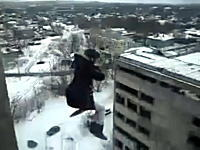 やっぱりロシア人の考える事は異常w団地の屋根からバンジージャンプしてみた