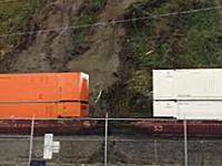 決定的瞬間。走っていた貨物列車に地すべりが直撃して脱線。音量注意。