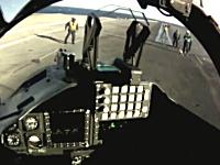 カタパルトでドーン。空母への離着陸を練習するパイロットのヘルメットカメラ
