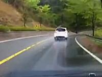 ドライブレコーダー。前を走る不審な車が大型トラックと正面衝突して私もどーん!