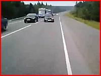 無理な追い越しで行き場を失った対向車がうわあああ(@_@;)極悪正面衝突