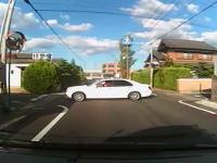 これ悪いのはどっち!?信号の無い交差点で横からどーん!交通事故動画