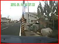 居眠り運転か?普通に走ってた車が電柱に真正面から突っ込んでしまう瞬間