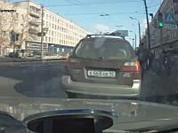ロシア少年の酷いイタズラ映像。車の目の前に突然飛び出して驚かせる。