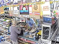 レジの男性がおばあちゃんの鞄からお札を盗む決定的瞬間。監視カメラ動画