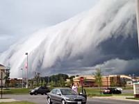 この世の終わりかもしれん。威圧するような雰囲気の雲が迫ってくるビデオ。