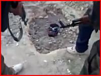 シリアの活動家が銃を突きつけられて生き埋めにされるショッキングな映像