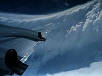 台風の目に飛行機で突入し渦の内側を撮影したビデオ。これは美しい・・・。