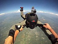 スカイダイビングで空中衝突。撮影者は助かったけど衝突した人はどうなった