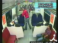 スペイン地下鉄で少女に暴行する21歳の男の映像