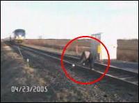 危機一髪 転倒してギリギリで電車を避ける男