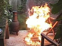 燃え広がった炎を掃除機で吸い込んでみたみた動画。これはあほいwww