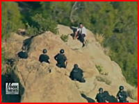 同僚を日本刀で殺害したAV男優が崖に追い込まれて転落死する瞬間 ニュース映像