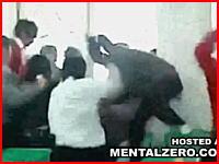 中国の異常なイジメ動画。一人の生徒を大勢で袋叩きにしている映像。注意