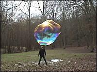 信じられないほど巨大なシャボン玉を作ってみた。とても不思議な世界