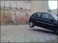 楽しそうな解体現場。普通車で大きな壁を引っ張り倒す。大喜びな野郎たち