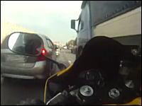 気が狂ってるロシアのバイク野郎。ギリギリですり抜けするヒヤヒヤ動画