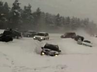 雪道の事故は怖い。止まり切れない車が次々と突っ込んでくる事故現場映像