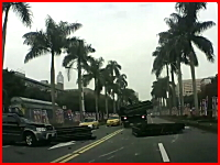死亡事故。トラックがカーブで荷崩れを起こし対向車の運転席を直撃(@_@;)