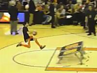 話題の動画。バスケで自分もろともゴールに突き刺さってしまうヤツwwwww