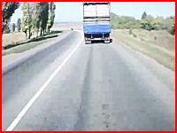 たぶん即死。カーブを曲がりきれなかったバイクがトラックと正面衝突。注意