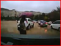 叫び声がキャアアアアア!女子高生が車と車に挟まれてしまう衝撃映像。