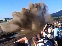 軍事演習を近場で見ると大変な事になってしまう動画。戦車がドーン!と・・・