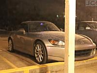 雪国動画。駐車場の愛車(HONDA S2000)が一晩で雪に埋もれてしまう様子