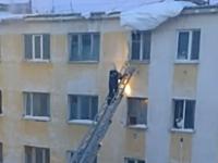 マンション火災で梯子を上っていた消防士がまさかの刺客にK.O.させられる