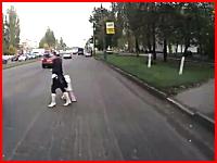 横断していた若いママと子供が猛スピードで走ってきた車に轢かれてしまう