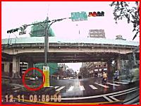 宙を舞う人・・・。信号無視の車にスクーターが激しく衝突。これは酷い事故。