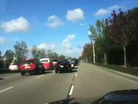 珍しい場面に遭遇しちゃった動画。道路が渋滞していると思ったらヘリが・・・