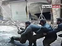 自家製爆弾を巨大スリングショットで敵陣へ投げ込む。シリアの反政府勢力