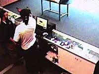 強盗から拳銃を奪って形勢逆転!監視カメラが捉えた勇敢な従業員の行動。