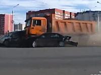 ブレーキが故障した重量級ダンプカーが交差点に突っ込み大惨事に(@_@;)