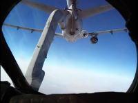 空中給油かっこいいなあ。アフガニスタン上空で給油を行う戦闘機側からの映像