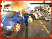 路上に散らばる破片。燃える車。負傷者多数。恐ろしい交通事故現場の様子