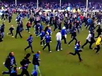 何かにつけてピッチに入りたがるサッカーの観客たち 車椅子も松葉杖もみんな一緒