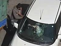 インド人怒り爆発。接触事故でSUZUKIスイフトのフロントガラスが割られる
